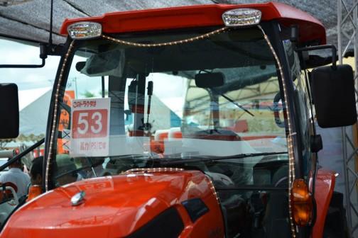 プライスタグには・・・クボタkubota tractor ZERO KINGWEL ゼロキングウェル KL53ZHCQMANP 価格¥5,990,760 ●水冷4サイクル4気筒ディーゼル53馬力 排気量2434cc ●ワンタッチ省エネ変速機能 eクルーズ 最大38%の低燃費で省エネ作業 ●従来機と比べて室内の幅が20%アップ ●NEWスーパーテクノモンローで高速でも高精度な均平耕耘 ●電子制御AD倍速ターンで理想的な旋回・・・とあります。