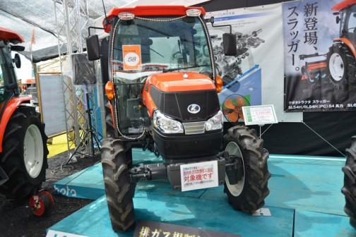 プライスタグには・・・クボタkubota tractor ZERO KINGWEL ゼロキングウェル KL58ZHCQMANP 価格¥6,286,680 ●水冷4サイクル4気筒ディーゼル53馬力 排気量2434cc ●ワンタッチ省エネ変速機能 eクルーズ 最大38%の低燃費で省エネ作業 ●従来機と比べて室内の幅が20%アップ ●NEWスーパーテクノモンローで高速でも高精度な均平耕耘 ●電子制御AD倍速ターンで理想的な旋回・・・とあります。