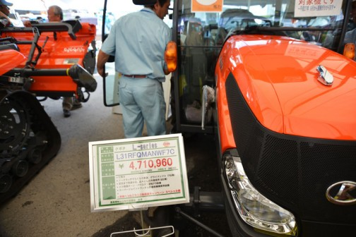 プライスタグは値段以外は去年と同じ。クボタ L-Series 元気農業スペシャル kubota tractor L31RFQMANWF7C 価格¥4,710,960 ●水冷4サイクル3気筒ディーゼル31馬力 排気量1826cc ●ノークラッチで楽々変速、グライドシフト(F仕様) ●足元まで見渡せる、広々とした作業視界(Q?仕様) ●AD倍速ターン・パワステ・逆転PTO装備 ●スーパージョイントワンタッチ脱着機構標準装備 ●未来へつなごう!元気農業キャンペーン スペシャル機