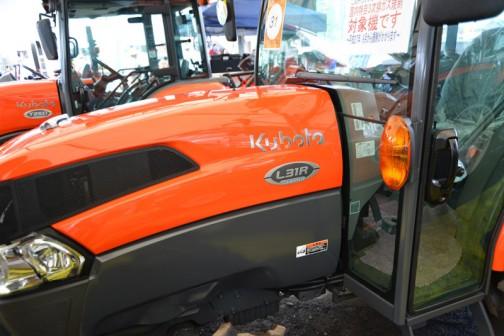 クボタ L-Series 元気農業スペシャル kubota tractor L31RFQMANWF7C 価格¥4,710,960 ●水冷4サイクル3気筒ディーゼル31馬力 排気量1826cc ●ノークラッチで楽々変速、グライドシフト(F仕様) ●足元まで見渡せる、広々とした作業視界(Q?仕様) ●AD倍速ターン・パワステ・逆転PTO装備 ●スーパージョイントワンタッチ脱着機構標準装備 ●未来へつなごう!元気農業キャンペーン スペシャル機