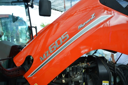 プライスタグには・・・クボタkubota tractor NEW SynerZ ニューシナジー MZ605QMAXCUL1P 価格¥6,920,640 ●ワンレバー・ノークラッチ8段変速・前後切替シャトル ●新たに開発された新トランスミッションで伝達効率がよく。 ●省燃費、そのうえ動力切れがないスムーズな変速を実現! ●旋回補正付STモンロー ●電子制御システムによりAD倍速を最適制御 ●枕地荒れ、泥押しを最小限に抑えながらクイック小旋回を実現 ●多機能液晶モニタ付、新メーターパネル・・・とあります