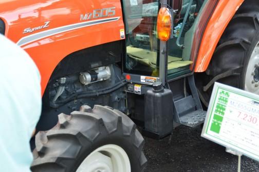 クボタkubota tractor NEW SynerZ ニューシナジー MZ605QMAXCUL1P 価格¥6,920,640 燃料タンク置きはなく、床下に給油キャップが見えます。