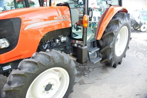 クボタkubota tractor NEW SynerZ ニューシナジー MZ655QMAXUL1P 価格¥7,230,600 同じく、このトラクタは・・・国内特自第3次排ガス規制対象機です〜平成26年11月から規制がかかります〜 とあります。 燃料タンク置きはなく、床下に給油キャップが見えます。