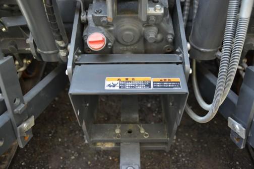 クボタ グローブ M135G パワクロ KUBOTA GLOBE M135GFQBMPC2 価格¥14,217,120 税抜き本体価格¥13,164,000 消費税¥1,053120 ★135馬力 ★総排気量6,124cc ★フル電子制御コモンレールエンジンを全形式に採用! ★ダブル液晶モニターで各種情報をリアルタイムに表示可能。 ★新たにPTO作業時にも体操したNEW i-マチック。 ★シリーズ最上位機は、国産生産最大級 ★135馬力を発揮する新開発V6108エンジン