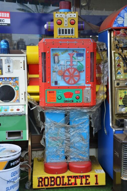 ロボレッティ1 なんなの? というくらい訳がわからない自販機?ゲーム? しかし造形は明らかに、これ以上はないというぐらいロボット。これだけですばらしい。