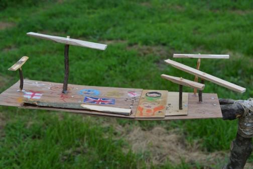 木の皮はカナメモチの削ったのに変えて、小さな竹とんぼの軸をすべてカナメモチの小枝に差し替え。巨大なローターの補助動力装置としての小さな竹とんぼなんです。(乗ってるだけで回らないし、抵抗になるだけ・・・なんて言っちゃダメです。)