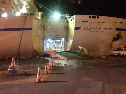 いつも乗る夕方便と違って深夜便は外廊下がついていて船の感じが違いました。