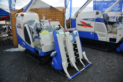 イセキコンバインフロンティア ISEKI COMBINE HFC330GZKHWC9 水冷4サイクル3気筒ディーゼルエンジン 1498cc 30馬力 価格¥4,298,400 これだけ値段が手書きです。