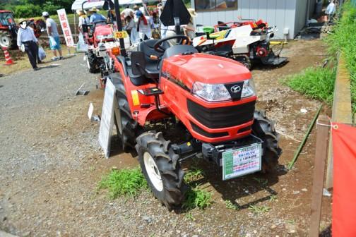 YANMAR Tractor(EG100シリーズ) EG120VU 価格¥1,814,400 ●20馬力、一目瞭然の操作性で使いやすい! ●小回り旋回&四隅の仕上も簡単楽ラク ●車体自動水平機能付きで美しい仕上がり