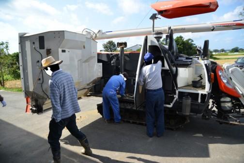 営農組合のコンバインの始業点検整備をしています。