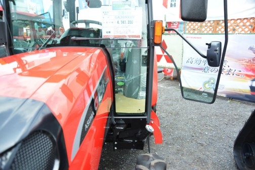 mitsubishi ASUMA tractor GA36HXUV 価格¥4,741,200 燃料タンク置きはなく、給油口は床下です。プラスチックタンクが多い中、金属製タンクのように見えます。