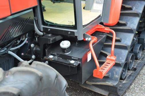 mitsubishi ASUMA tractor GAK50XUV 価格¥6,513,480 燃料タンク置きはなく、給油口が床下に・・・金属製のように見えます。
