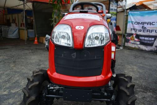 mitsubishi ASUMA tractor GE150DJBS2WB 価格¥1,679,400 水冷4サイクル3気筒ディーゼルエンジン15馬力 D:旋回アップ バックアップ クイックアップ J:JAC(水平制御)B:倍速旋回 S2B:サイドロータリ耕巾1.300mm尾輪なし ロータリカバー三角切り欠き付