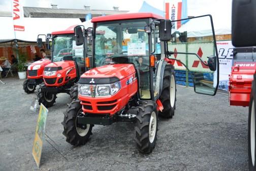 mitsubishi ASUMA tractor GJ30DXJ 価格¥3,581,280 水冷4サイクル3気筒ディーゼルエンジン30馬力 J:水平制御(PAC制御)傾斜ジャイロ制御 パワステ 倍速旋回 オートブレーキ旋回 バックアップ 旋回アップ X:キャビン仕様 同馬力クラスのトラクタに比べ低コストタイプ ハウス内作業に向いています