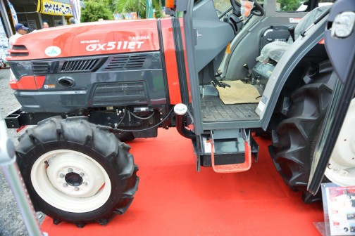 mitsubishi ASUMA tractor GX511XET-Z 価格¥4,100,000 燃料タンク置きはなく、床下から長く給油口が伸びています。