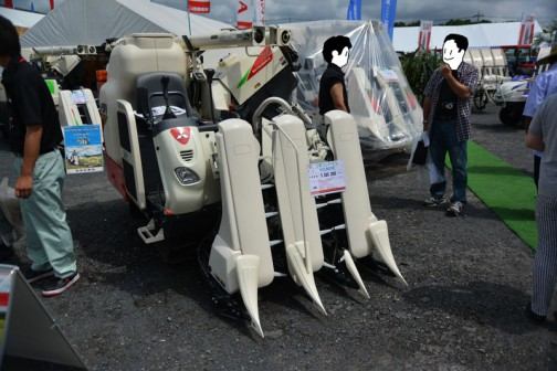 三菱コンバイン mitsubishi combine V319GYC 3条刈り 価格¥3,283,200  水冷4サイクル3気筒ディーゼルエンジン 19馬力 G:グレンタンク400L(2段折オーガー) C:ディスクカッタ(切断長60mm) Y:幅広クローラ(400mm×1000mm) 簡単刈取りスタート ニューツインハーモニー 強制かきこみスイッチ 刈取りジャストフロート リフトシャット 上位機種と同じ機能が付いています。以上、プライスタグに書いてあります。