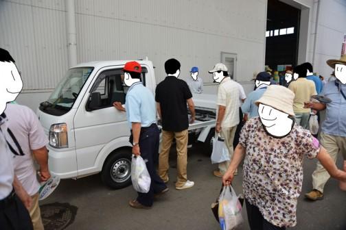 軽トラックに人がいっぱい集まっています・・・何だろう