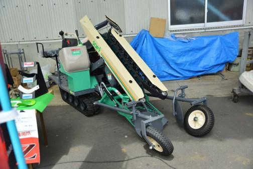 赤い小橋工業の機械の中にあるためにものすごく目立つ緑のこの機械。ネギ収穫機だそうです。なるほどーだから緑色なんだ・・・コバシ ねぎ収穫機 HG100 SOFY 6.0馬力(最大8.0) 価格¥4,096,440