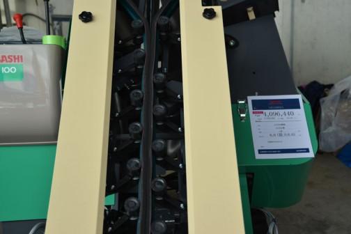 コバシ ねぎ収穫機 HG100 SOFY 6.0馬力(最大8.0) 価格¥4,096,440 SOFYと書いてあります。ソフィと読むのでしょうか? 「Y」の字がネギっぽくなっていて、Yの股部分に点が打ってあります。ネギ坊主が出てるのか、ネギの葉の重なり合った様を表しているのか・・・