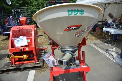 同じ個体を別角度から・・・ササキ 肥料散布機ブロードキャスター CF200 中古価格¥150,000
