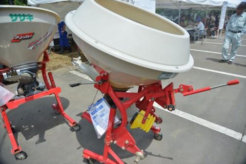同じ個体を別角度から・・・ササキ 肥料散布機ブロードキャスター CF300-0S 中古価格¥130,000