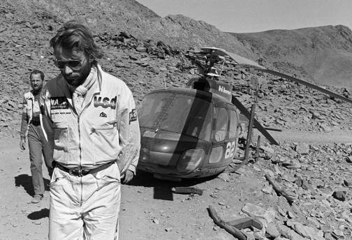 ヘリコプターとセットなんです。これはアルジェリアのタマランセットからニジェールのアガデスへ行くルートの途中でヘリの足を壊してしまった時の画像・・・とキャプションにありました。