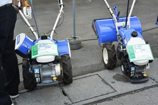 左:イセキミニ耕うん機 マイペット ISEKI KMR400SDUH 価格¥183,600 最大3.8馬力 右:イセキミニ耕うん機 マイペット ISEKI KMR400D 価格¥170,640 両社の違いはSDUHの変速段数が正転1段・逆転1段 プラスうねっこロータリと言って、うね立て付きで Dのほうが正転1段プラス普通のロータリという違いのようです。