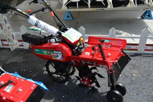 これは三菱農機のWEBページに載っていませんでした。関東農機株式会社の土揚げ職人「ほる兵衛 Pro K802NH-D 価格¥¥347,436(税込) 7.3馬力エンジンで余裕の作業ますますイキイキ。 作業性を考えて独立ロータリクラッチは手元で入切。 まさに職人技の見せ所、ロータリ回転は何と4段変速。 中耕爪軸等、アタッチメント(別売)ございます。 だそうです。