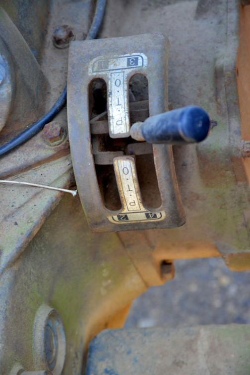 ヰセキTS2810 耕太 発売は1975年か1976年か1977年あたり、二輪駆動の3気筒1,463ccディーゼルエンジン、28馬力/2600rpmの青いトラクターです。