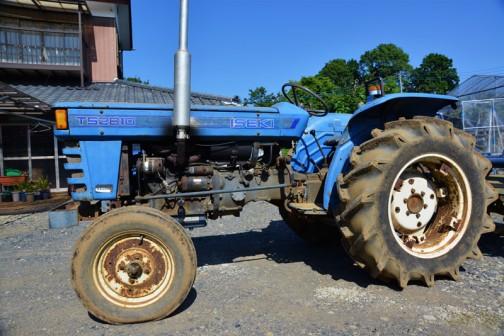 ヰセキTS2810 耕太 発売は1975年か1976年か1977年あたり、二輪駆動の3気筒1,463ccディーゼルエンジン、28馬力/2600rpmの青いトラクターです。長々と続いたシリーズも今日で終わりです。