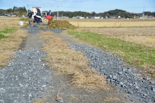 農道をダンプの後ろに付いて、どんどん穴ぼこに砂利を入れていきます。