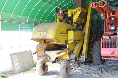1963 CLAYES M80 Combaine hervester 銘板に1963年と書いてあったので、導入は1964年のようですが年式はそちらにしました。もともと稲の刈取り用に1964年に導入されたベルギー製のコンバインです。