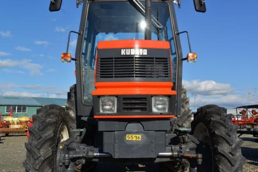 Kubota_Tractor_M1-65 エンジンはクボタD3502水冷4サイクル3気筒ディーゼルエンジン、3499cc、65馬力/2400rpm。ミッションは主変速6段、副変速2段の前進12段、後進12段。PTO回転数は643rpm/1008rpm。作業機昇降装置は油圧式。制御はポジション及びドラフトコントロール、ミックスコントロールとなっています。