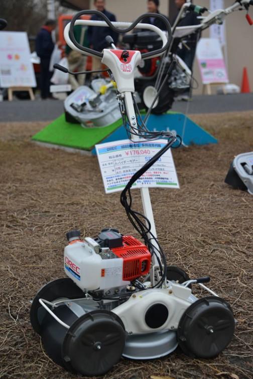 OREC 傾斜地対応/多用途草刈機 オーレックスパイダーモア SP300 価格¥176,040  刈幅:300mm エンジン:35cc 走行:前後進/2段 ハンドル:ワンタッチ可変式  ちょっと一部見にくくなってます。傾斜地で手軽に作業できる草刈機、何と重量29.8kg! 今まで、重労働の斜面草刈が楽しく作業できます。