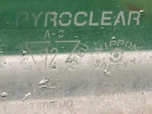 クラッシックの後ろにある窓ガラスの「銘」。ただし、気になって撮ったはいいけど、まだ調べてません。