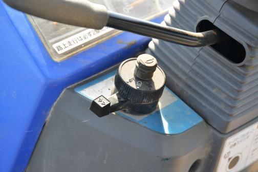 iseki tractor blue hunter 20 イセキトラクター、ブルーハンター20。セミクローラタイプの小さなトラクターです。