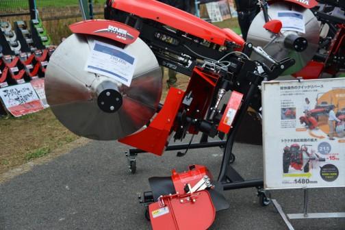 こっちはしゃべらないのかな? kobashi あぜ塗り機 RS751F-U 価格¥842,400  製品名:アゼローター ドラム径:75cm 適応馬力:16〜31馬力 角まで塗れるリバースタイプ。8面段付偏芯ドラム。天場処理装置標準装備。