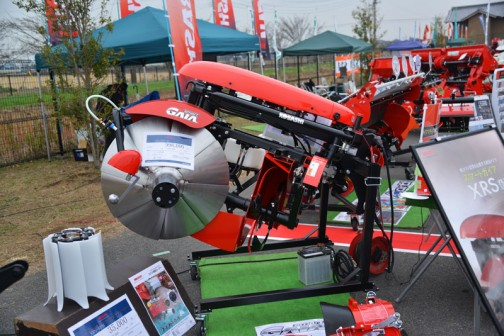 kobashi あぜ塗り機 XRS750T-0S 価格¥1,077,840  製品名:オートあぜぬり機 あぜ高さ:20〜30cm 適応馬力:26〜45馬力 自動制御「ガイアマチック」搭載 四隅を前進であぜ際まで仕上げます 隅を従来の1.8倍のスピードで仕上げます