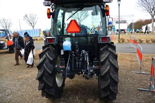 「 農業魂 JA&クボタ アグリンピック」に展示してあったクボタスラッガーSL54も同じく、リヤコンビネーションランプは左右共通仕様。まあ、きもちわるいけど、部品代が安く済みますね!
