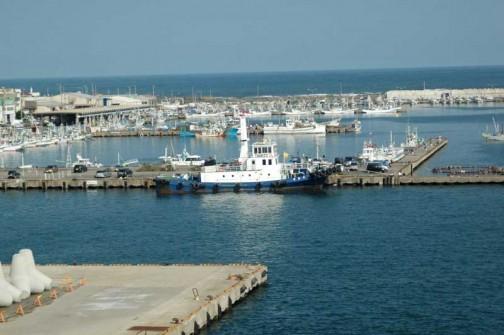 いつもここに停泊していて、動く気配が見えなかったんです。大洗港は1台しか(最近は2隻とまっているのを見かけますが)フェリーがとまらないし、広いからタグボートは必要ないのかと思っていました。