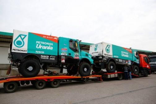 ネットで見つけた写真。大きなトラックを2台も積んだトラック。これはすごい。
