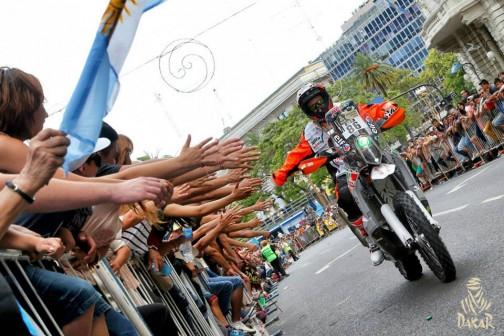 これもブエノスアイレスのスタート時の写真。熱狂的ですねえ・・・楽しそう!
