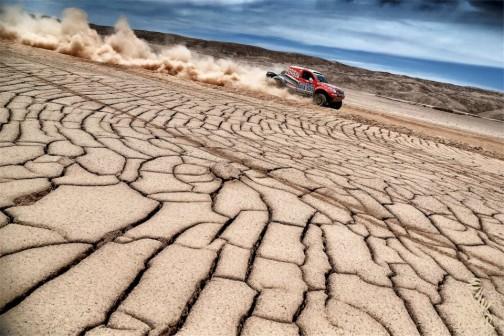 少しばっかり知恵のついた大人の泥遊び・・・そんな感じでしょうか・・・水が溜まったあと干上がった低地を土埃を引きながら走る競技車。なんて極端な気候なんだ!