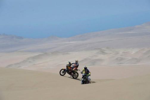 どこからきたのかわかりませんが、一人では絶対に入れないどこまでも続く砂丘・・・競技だからいいですけど、ここで停まってあたりを見回したら恐くなりそう・・・