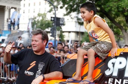 孫もいるような歳なのかもしれません。観客の少年を自分のハマーに乗せて写真を撮っています。ペコペコしてるのかな・・・申し訳なさそうにケツから体重を抜いている様子がカワイイ!