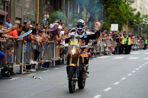去年優勝のマルク・コマ(スペイン)選手。素手ですね。集まった観客に手を振っています。