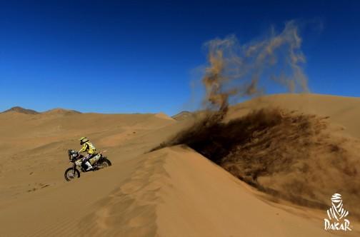 今日の写真も1枚だけ上がってました。砂丘です。空が宇宙色です。