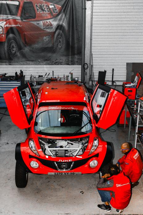 このJUKEはフランスの日産ディーラー、ドスード日産のレースカーです。ボンネットあけてもエンジンが入ってないような気がする・・・