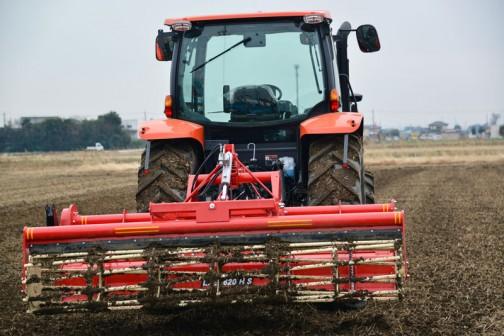 ニプロ グランドハローLXE2620HS 調べてみると、  新しいコンセプトに基づき、農家の悩みに応える新鋭機 大型トラクタ(65〜115PS)用 砕土性能・整地能力向上 踏圧問題解消に新型フロントサブソイラ(通称ザクリコ)装着可能   ●基本性能の見直しにより砕土・整地性能が向上 ●新型転圧輪(ソイルレスカゴ)は、耐久性が向上し、 スクレッパ装備で土の付着が少ない(N,S仕様) ●踏圧問題解消として新開発フロントサブソイラ(通称 ザクリコ)をオプション設定 とあります