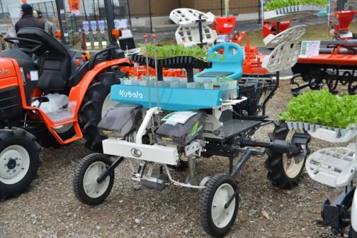 クボタ コンパクト乗用半自動野菜移植機 ベジライダー KP-201CRL 価格¥1,242,000(大径タイヤ仕様)広い面積の植え付けをしたい方向けだそうです。 クボタは色々な機械を売っていますねえ・・・